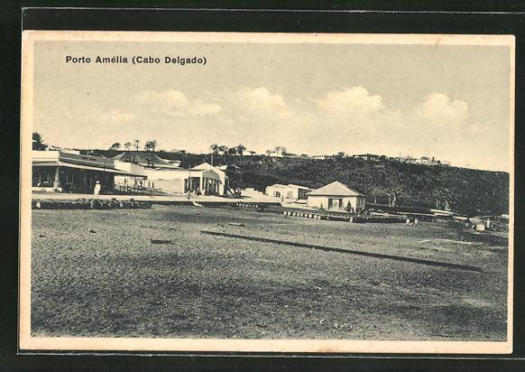 AK Porto Amelia, Ortsansicht mit Hütten und Fässerlager