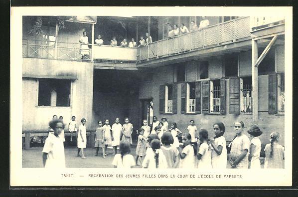 AK Tahiti, Recreation des Jeunes Filles dans la cour de l'Ecole de Papeete