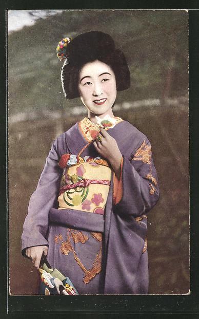 AK hübsche Geisha im Kimono lächelt in die Kamera