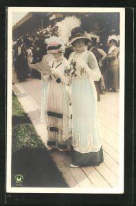 AK zwei junge Frauen mit tollen Hüten in elegant bestickten Kleidern