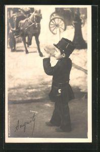 Foto-AK Kleiner Bub als Polizist in einer Studiokulisse