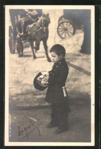 Foto-AK Kleiner Junge als Polizist in einer Studiokulisse