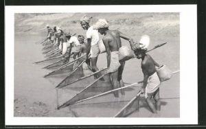 AK Bangladesch, Krebsfischer bei der Arbeit am Strand