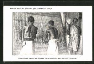 AK Kirinda, Jeunes filles tissant les tapis en fibres de bananier, Jungen bei der Teppichherstellung