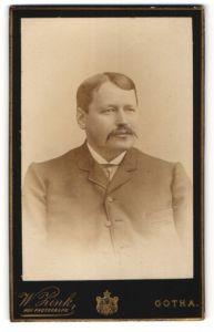 Fotografie W. Zink, Gotha, Portrait stattlicher Herr mit Oberlippenbart im Jackett