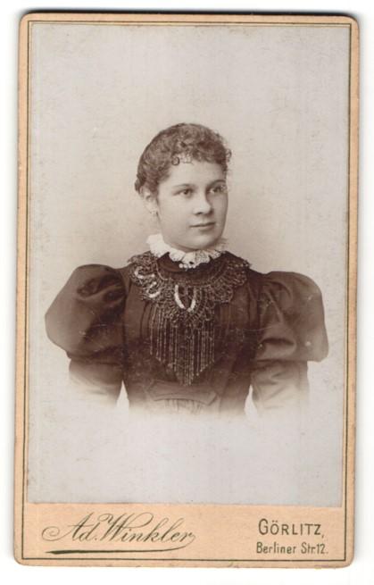 Fotografie Ad. Winkler, Görlitz, Portrait charmant lächelndes Fräulein in prachtvoll besticker Bluse