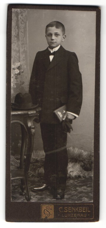 Fotografie C. Senkbeil, Lunzenau, Portrait Bub in feierlicher Kleidung