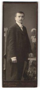 Fotografie Fr. Junger, Haynau i/Schl., Portrait junger Mann in Anzug