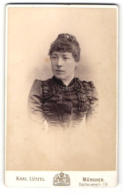 Fotografie Karl Lützel, München, Portrait Frau im Rüschenkleid mit Halskette