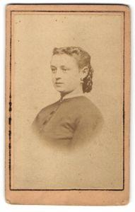Fotografie M. Unterreitmayr, Dorfen, Portrait Frau mit zurückgebundenem Haar in zeitgenössischer Kleidung