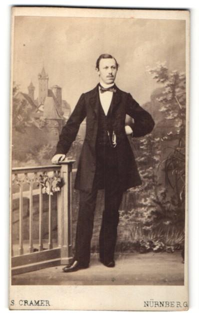 Fotografie S. Cramer, Nürnberg, Portrait Mann mit Fliege im Anzug