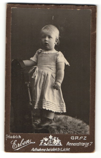 Fotografie Friedrich Erben, Graz, Portrait kleines Mädchen auf einem Stuhl