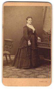 Fotografie M. Müller, Wien, Portrait Frau in zeitgenössischer Kleidung mit Ohrringen