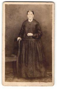 Fotografie M. J. Wagner, Furth a. / Wald, Portrait Frau in zeitgenössischer Kleidung am Stuhl