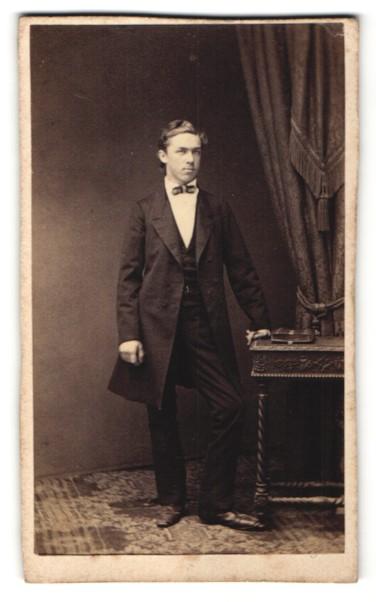 Fotografie Franz Neumayer, München, Portrait junger Mann mit Fliege im Anzug