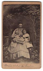 Fotografie Georg Heintz, Erlangen, junge Frau mit ihren zwei Kindern