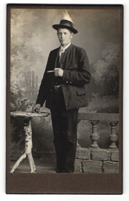 Fotografie Fotograf und Ort unbekannt, junger Mann im Anzug und Hut auf