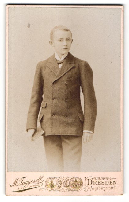Fotografie M Taggesell, Dresden, Portrait Junge mit Fliege und Gebetsbuch