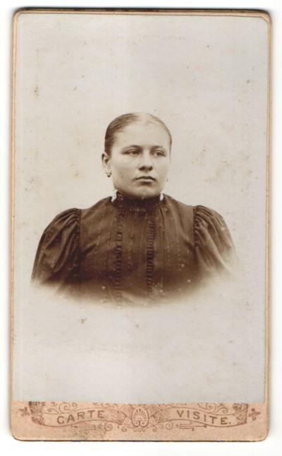 Fotografie Unbekannter Fotograf, Unbekannter Ort, Portrait Frau im Kleid mit Puffärmeln und zurückgebundenem Haar