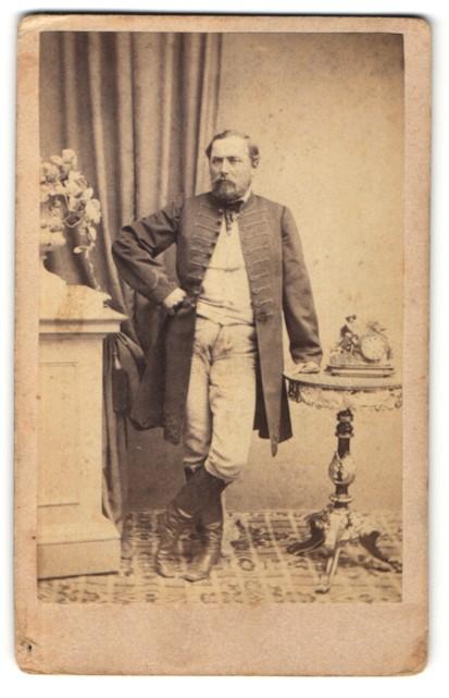Fotografie Eduard Alker, Ofen, Husar in Uniform mit Mantel