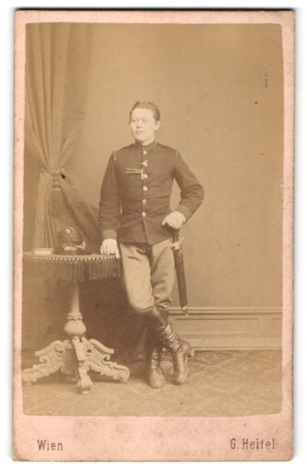 Fotografie G. Heitel, Wien, österr. Soldat mit Faschinenmeser nebst Helm im Atelier