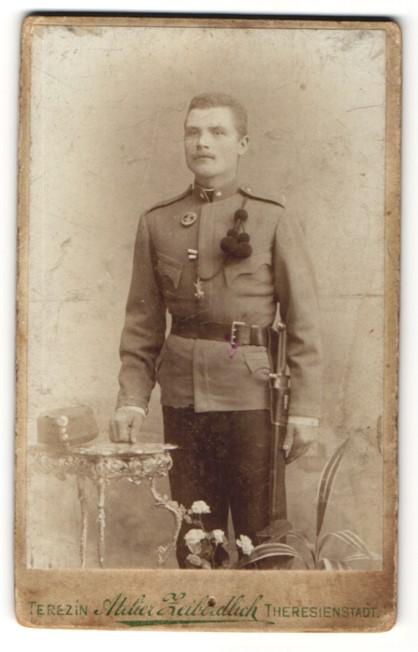 Fotografie Atelier Zeiberdlich, Theresienstadt, österr. Soldat in Uniform mit Faschinenmesser & Abzeichen