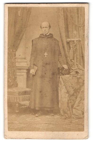 Fotografie Fotograf und Ort unbekannt, Geistlicher mit Kutte nebst Kruzifix