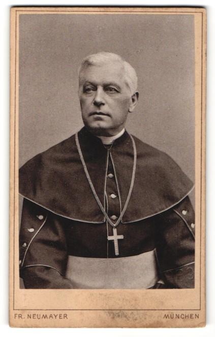 Fotografie Fr. Neumayer, München, Portrait Geistlicher trägt Kutte mit Halskette & Kreuz-Anhänger