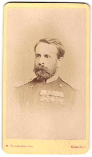 Fotografie M. Pössenbacher, München, Portrait Offizier in Uniform mit Epauletten & Ordenspange