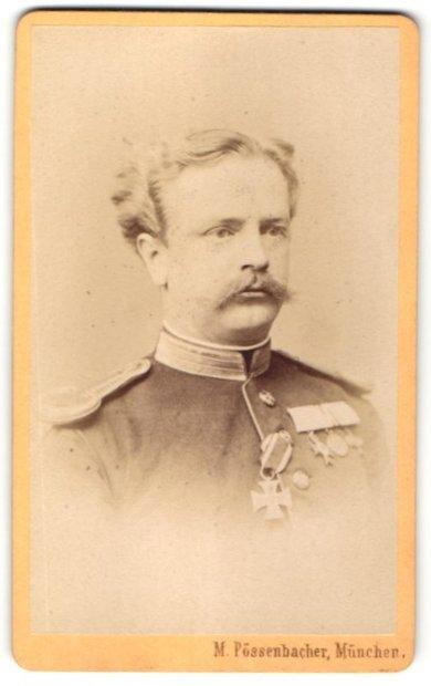 Fotografie M. Pössenbacher, München, Portrait Offizier in Uniform mit Ordenspange & Epauletten