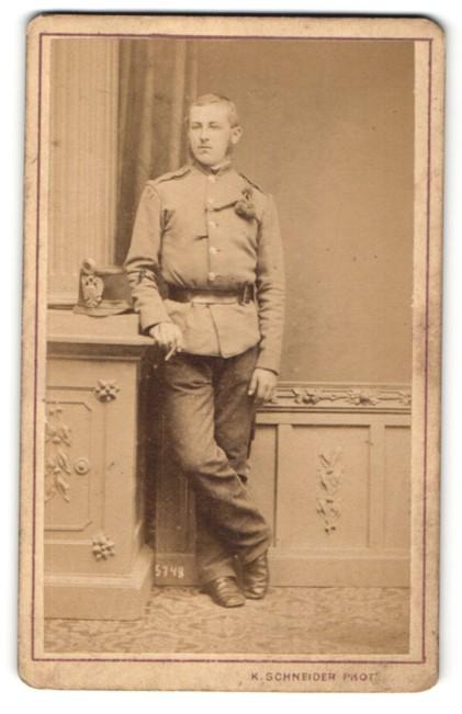 Fotografie Karl Schneider, Wien, österr. Soldat in Uniform mit Tschako