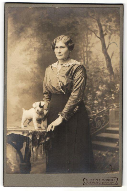 Fotografie G. Deisz, München, Dame mit Hundewelpen im Foto-Atelier