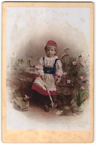 Fotografie Atelier Weber, Weissenfels, niedliches Mädchen mit harke trägt ein Kostüm, koloriert