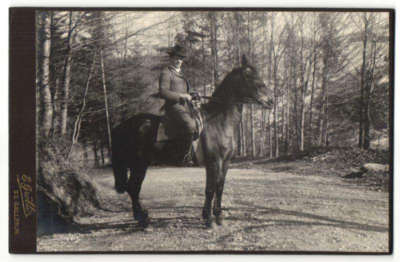 Fotografie E. Gröbli, St. Gallen, Edelmann zu Pferd auf einem Waldweg