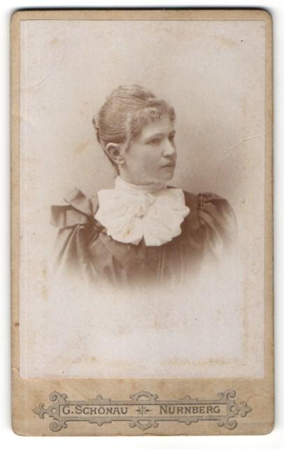Fotografie G. Schönau, Nürnberg, Portrait hübsche junge Frau in edler Bluse mit Jabot