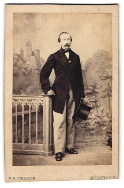 Fotografie P. S. Cramer, Nürnberg, Portrait eleganter bürgerlicher Herr mit Zylinder in der Hand
