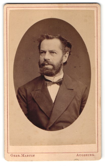 Fotografie Gebr. Martin, Augsburg, Portrait Herr mit Vollbart im Anzug mit Querbinder