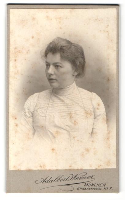 Fotografie Adalbert Werner, München, Portrait hübsches Fräulein mit zurückgebundenem Haar in gerüschter Bluse