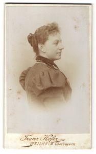 Fotografie Franz Hofer, Weilheim / Oberbayern, Portrait lächelnde junge Dame mit Dutt und Ohrringen