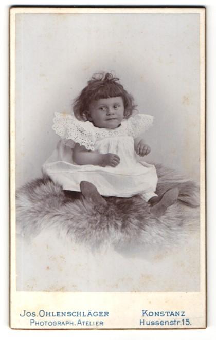 Fotografie Jos. Ohlenschläger, Konstanz, zuckersüsses dunkelhaariges Mädchen im weissen besticktem Kleid
