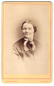 Fotografie Gebr. Martin, Augsburg, Portrait lächelnde Dame mit zurückgebundenem Haar und Halstuch