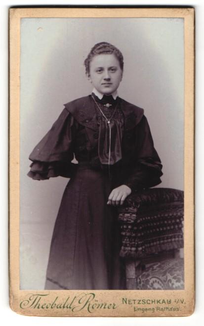 Fotografie Theobald Römer, Netzschkau i. V., Portrait charmantes Fräulein im prachtvollen Rüschenkleid mit Halskette