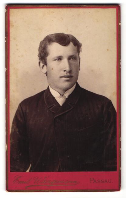 Fotografie Emil Wangemann, Passau, Portrait hübscher dunkelhaariger Mann im schwarzen Jackett