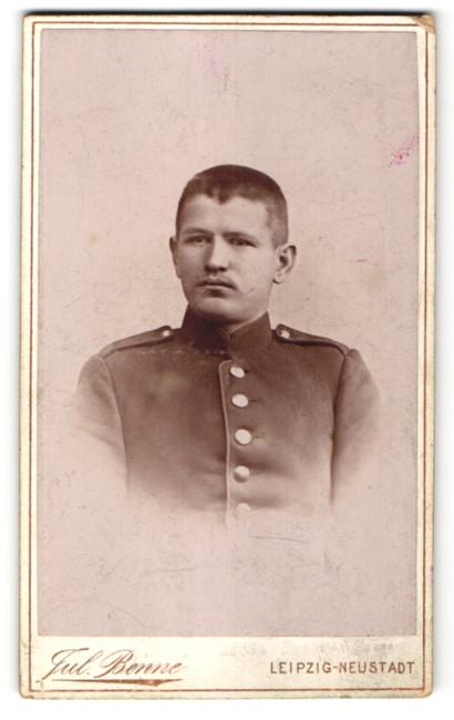 Fotografie Jul. Benne, Leipzig-Neustadt, Portrait junger charmanter Soldat in interessanter Uniform