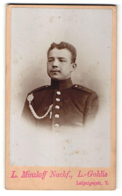 Fotografie L. Minzloff, Leipzig-Gohlis, Portrait charmanter junger Soldat mit Schnauzer in Uniform
