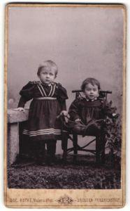 Fotografie Osc. Rothe, Dresden-Friedrichstadt, zwei zuckersüsse kleine Mädchen in hübschen Kleidern