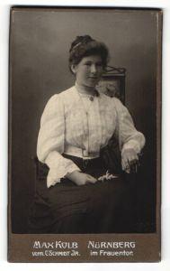 Fotografie Max Kolb, Nürnberg, Portrait Frau in weisser Bluse sitzend