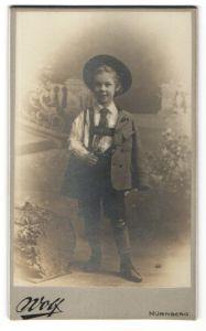 Fotografie Valentin Wolf, Nürnberg, Ganzkörperportrait Kind in bayrischer Tracht