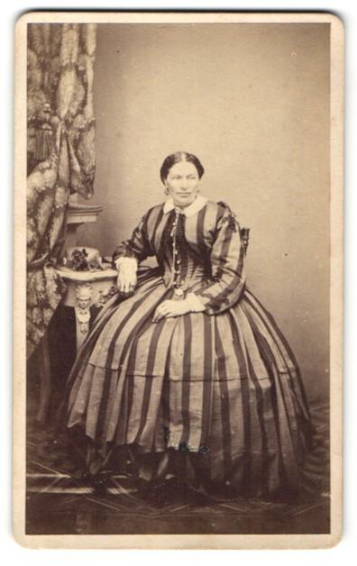 Fotografie G.Stauber, Landshut, Portrait Frau in gestreiftem breit gefächertem Kleid