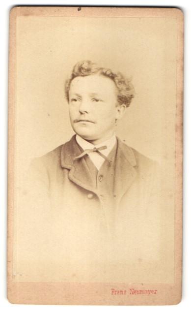 Fotografie Franz Neumayer, München, Portrait Mann mit Locken und Anzug
